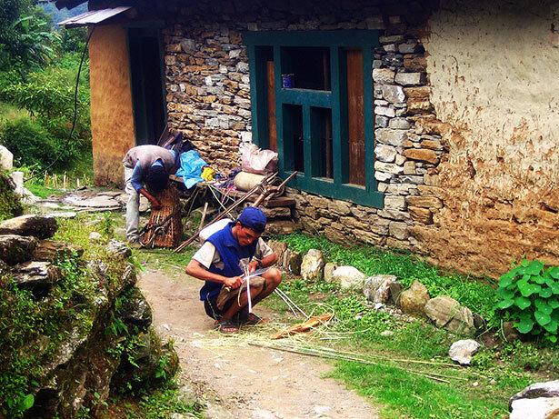 Local fabricando cesta de mimbre para transportar víveres