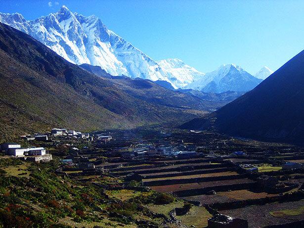 El Lhotse al amanecer protegiendo el pueblo de Dingboche