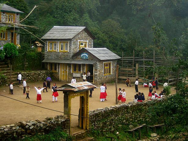Escuela en el camino, Surke