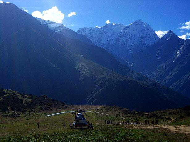 Un helicóptero aterrizando en las inmediaciones de Namche Baazar