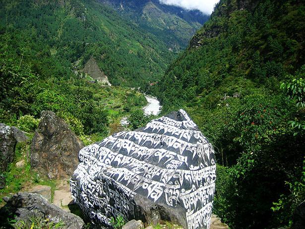 Inscripciones tibetanas camino a Namche Baazar