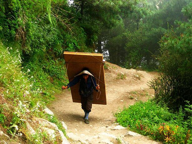 Un sherpa transportando puertas camino a Namche Baazar