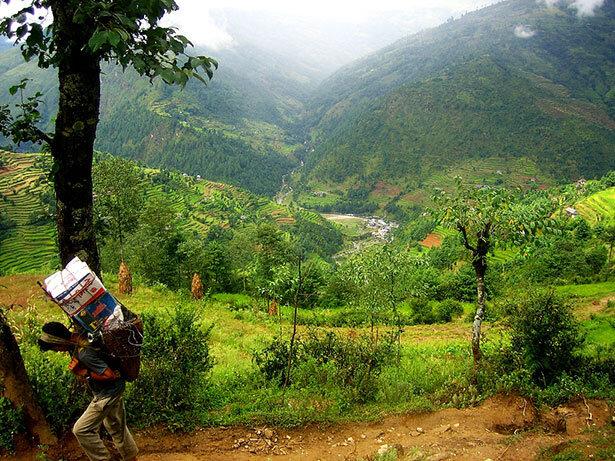 Sherpa partiendo de la población inicial de Jiri, a partir de aquí desaparecen las carreteras