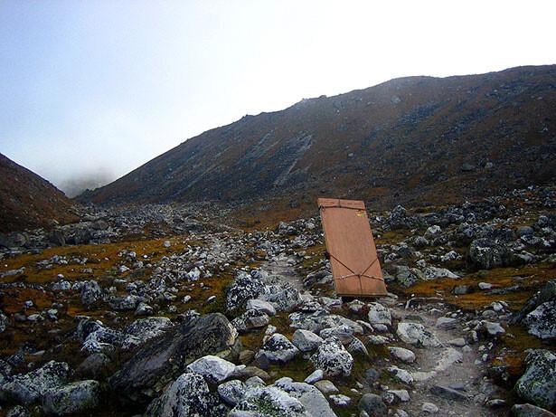 Un sherpa transportando puertas a Gokyo