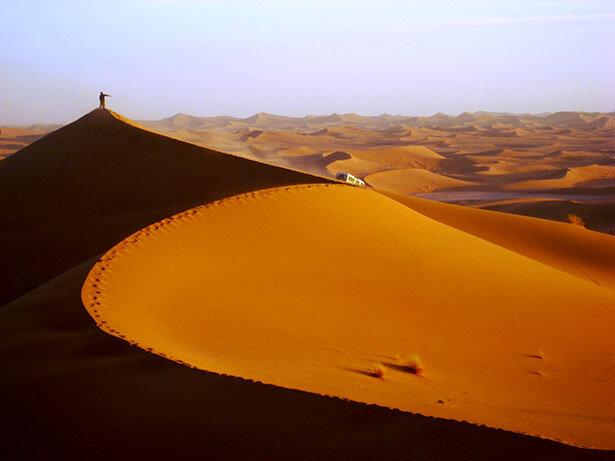 Desnudo en las dunas de arena
