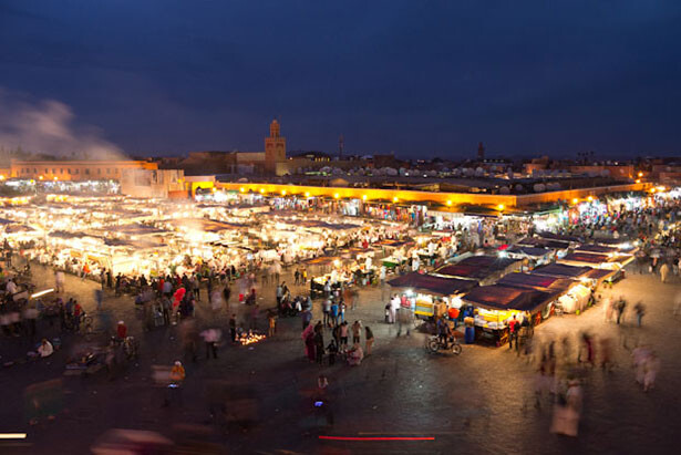 La plaza de Djemaa el-Fna durante la noche