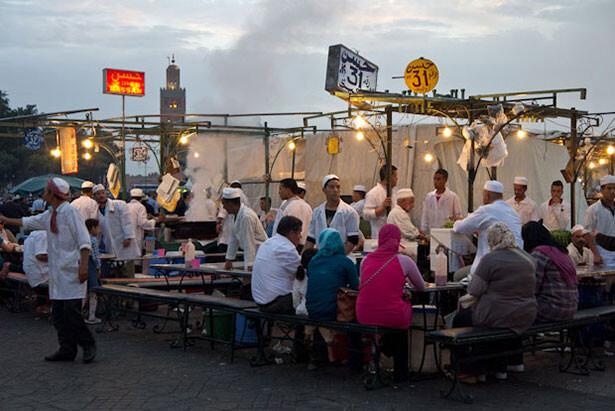 Una de las múltiples paradas de comida en la famosa plaza de Marrakech
