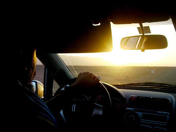 Apurando las horas del atardecer sobre el coche