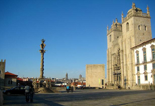Plaza frente a la Catedral de Oporto