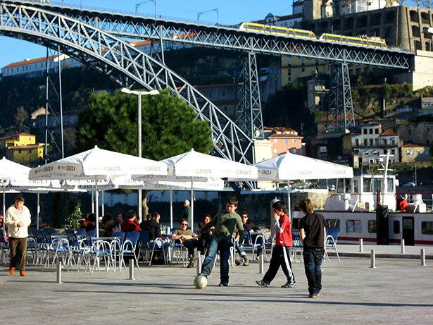 Niños jugando bajo el puente de Dom Luis I