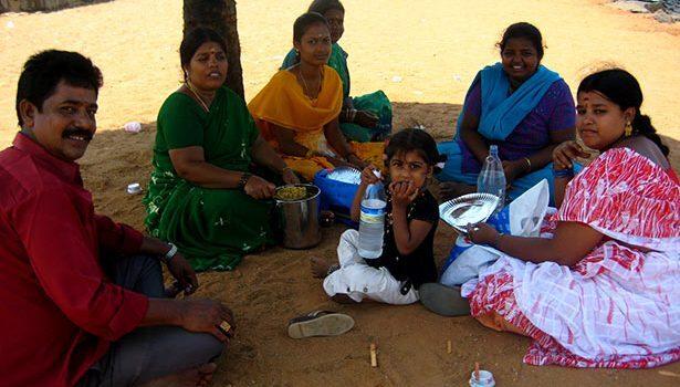 De picnic con una familia en la playa de Pondicherry