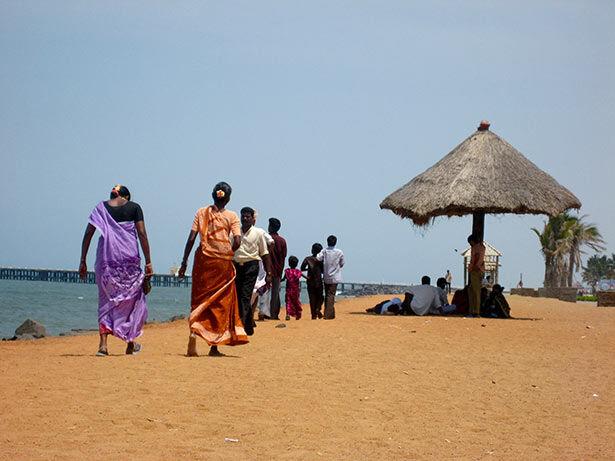 Paseo bajo el abrasador sol en la playa de Pondicherry