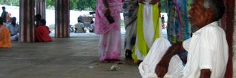 Gente descansando del calor de la tarde en el templo