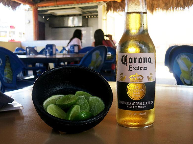 Tomando una cerveza fresca en Baja California, México