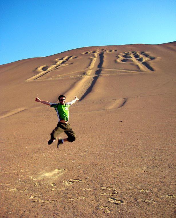 Saltando frente al Candelabro en Paracas, Perú