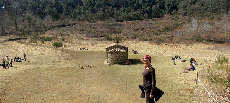 La ermita en el interior del cráter del volcán de Santa Margarida