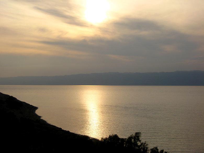 Se acerca el atardecer en el mar Muerto