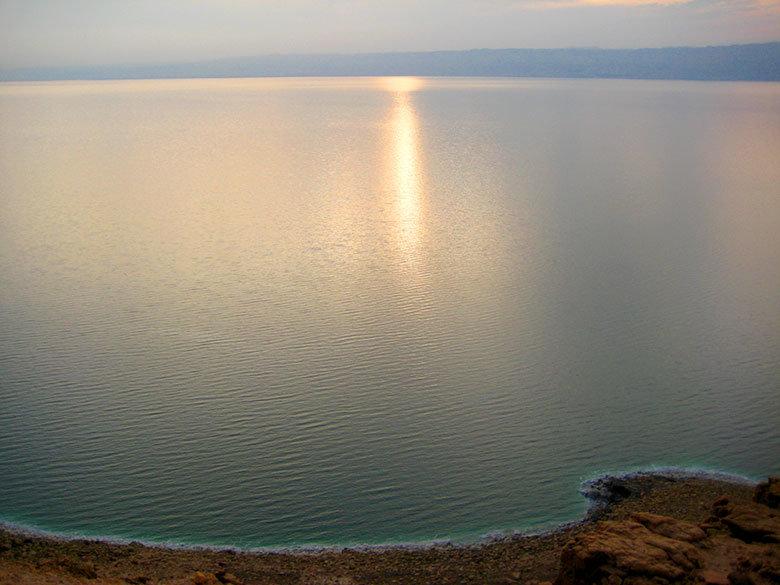 Vistas completas del mar Muerto hasta la costa de Cisjordania
