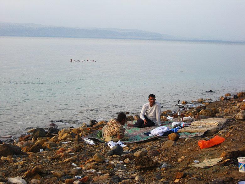 Los locales se preparan unos buenos picnics para disfrutar del mar Muerto