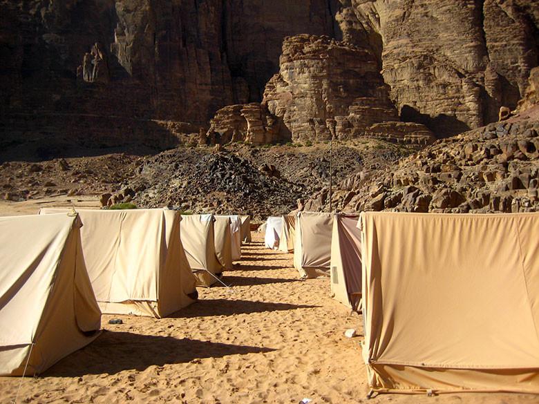 El campamento habilitado frente al poblado de Rum