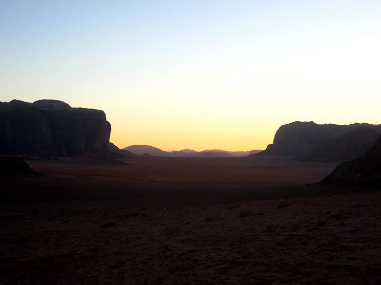 Disfrutando de un precioso atardecer en Wadi Rum