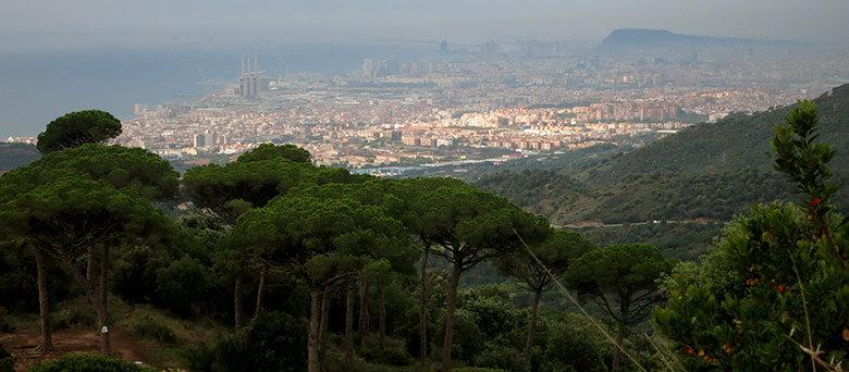 Vistas a una Barcelona nublada desde el Turó de Galcerán