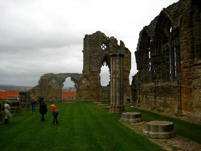 Visita por el recinto de la abadía de Whitby