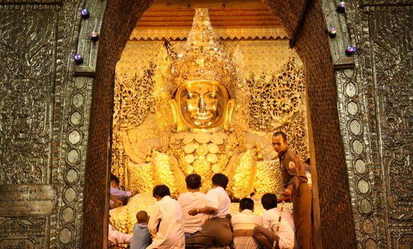 Gente venerando al Mahamuni Paya Buddha