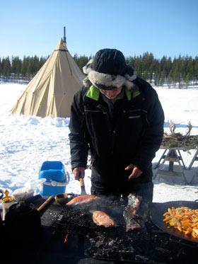 cocinando-pescado-hielo-laponia
