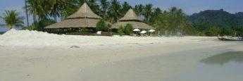 La playa del lado este de Kho Mook junto al resort de Sivalai