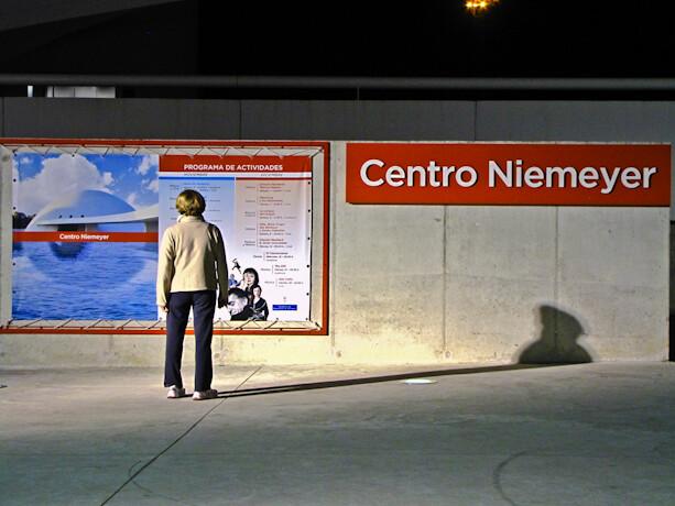 Estudiando el Programa de actividades del  Centro Niemeyer