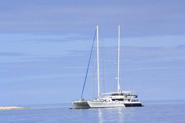 El catamarán que nos llevó durante el día en la Barrera de Coral