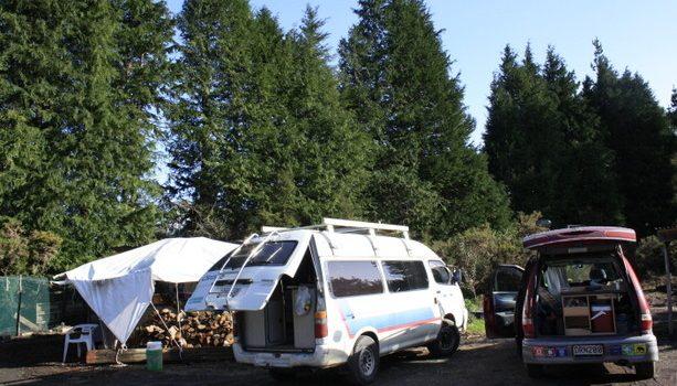Nuestras campervans aparcadas en el terreno de la granja
