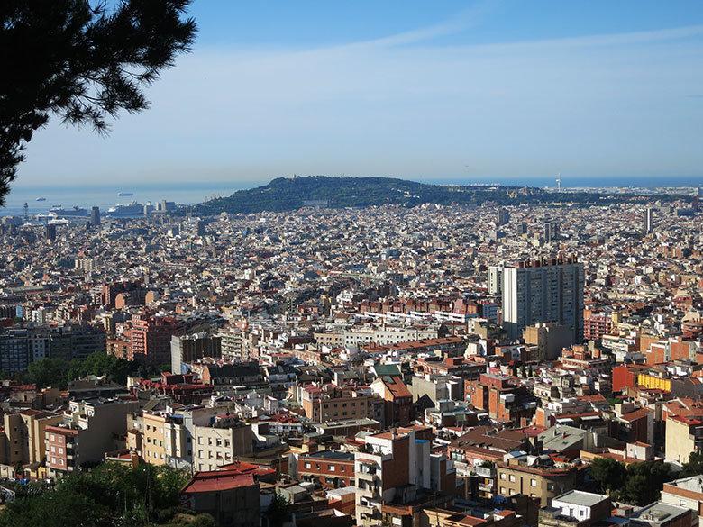 Vistas al este con la montaña de Montjuic desde el Turó de la Rovira