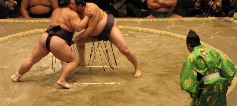 Gyōji, árbitro, atento al combate de sumo