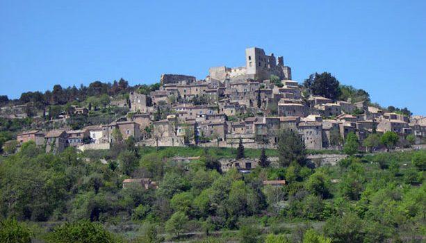 http://www.3viajesaldia.com/wp-content/uploads/2010/04/Lacoste_France.jpg