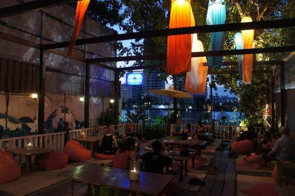 Bar al lado del río