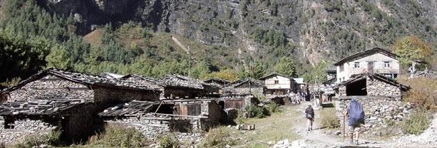 Atravesando un poblado durante el trekking del Annapurna