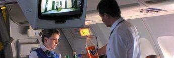 Auxiliares de vuelo sirviendo bebida