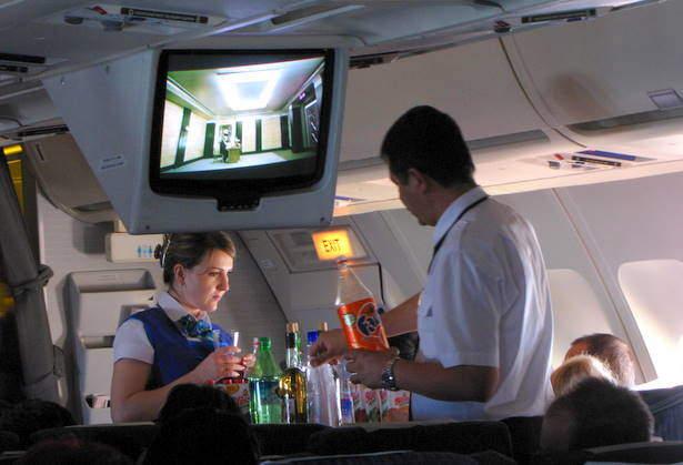 tripulantes sirviendo bebida