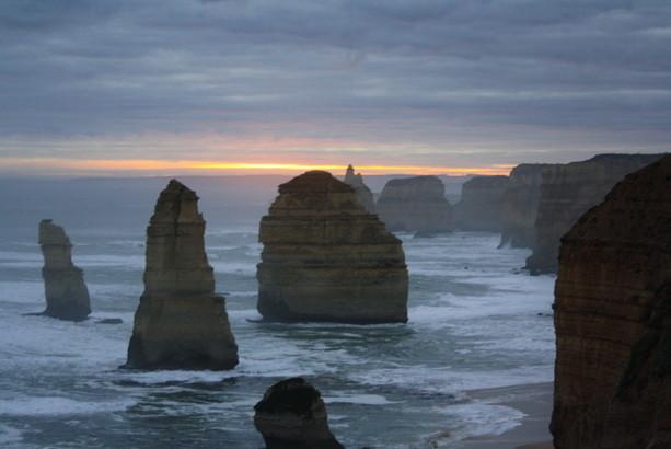 Los Doce Apóstoles australianos al atardecer, otra maravilla de la naturaleza