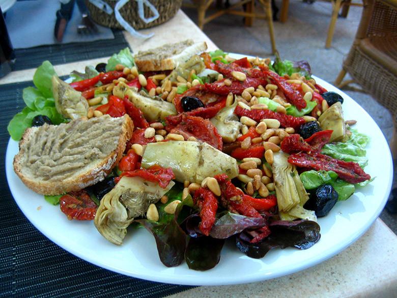 Una buena ensalada francesa que sirve como primero y segundo plato a la vez