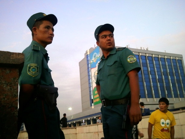 Policia vigilando el Metro de Tashkent