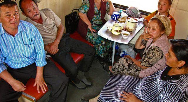 Compañeros de viaje en un tren por Uzbekistan