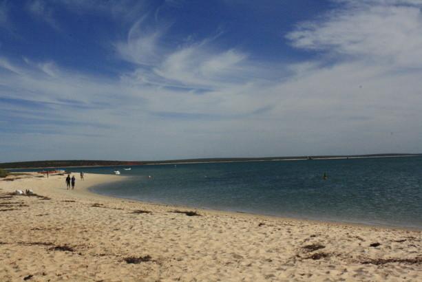 Zona de playa de Monkey Mia. Sus frescas aguas atraen a muchos turistas en el caluroso verano de la costa Oeste australiana