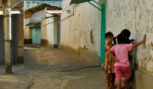 Niños jugando en Tashkent en Uzbekistan