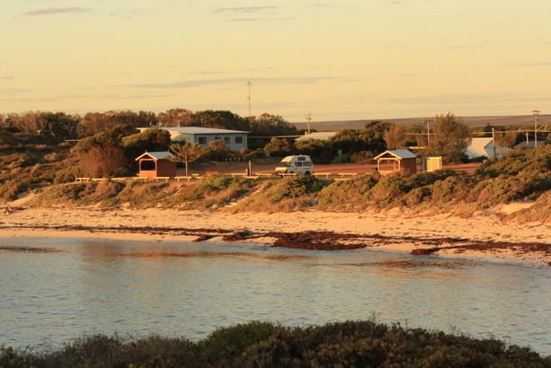 Nuestra furgoneta solitaria al borde de una playa del Oeste australiano