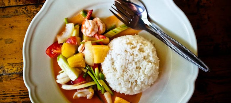 Gambas, pescado y calamares con vegetales y arroz