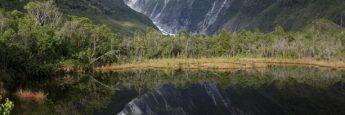 El pequeño lago que precede al valle que lleva al Franz Josef.Su agua refleja las montañas y crea una visión espectacular