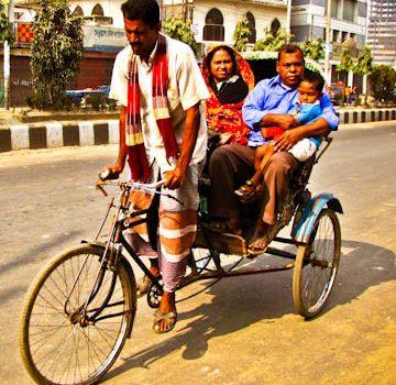 Pedaleando en un trickshaw por Dhaka